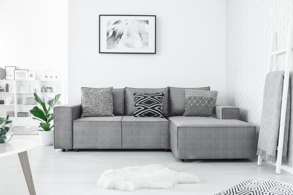Prachtig: een grote bank in het interieur, ideaal voor ontspanning in huis
